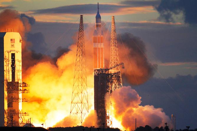 С мыса Канаверал в США запущен космический корабль НАСА «Орион». Его вывела на низкую околоземную орбиту ракета «Дельта-IV». Корабль предназначен для дальних полетов в космос, в том числе к Марсу. 5 декабря 2014 года