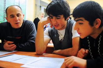 Во время урока русского языка в вечерней школе для трудовых мигрантов