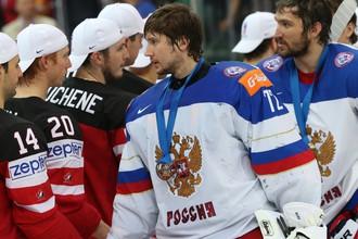 Сергей Бобровский (в центре) нашел в себе силы извиниться перед болельщиками