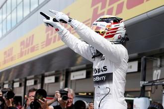 Льюис Хэмилтон выиграл поул-позишн Гран-при Великобритании