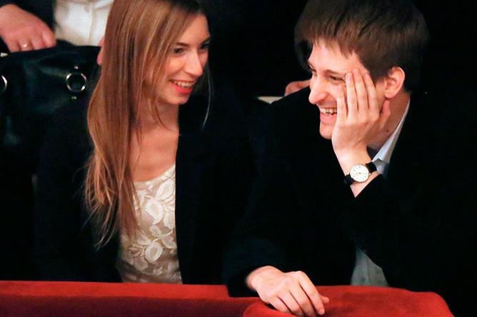 Экс-сотрудник американских спецслужб Эдвард Сноуден и его подруга Линдси Миллс в одном из московских театров, 2014 год
