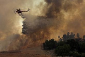 Пожарный вертолет во время лесного пожара в Ориндже, Калифорния, 9 октября 2017 года