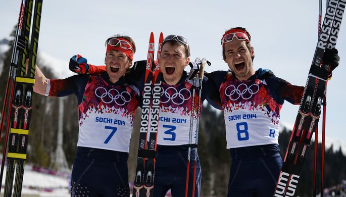 Максим Вылегжанин (слева), Александр Легков (в центре) и Илья Черноусов сразу после финиша того самого марафона в Сочи-2014