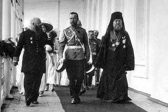 Николай II в сопровождении архиепископа Ярославского и Ростовского Тихона в Спасском монастыре, 1913 год