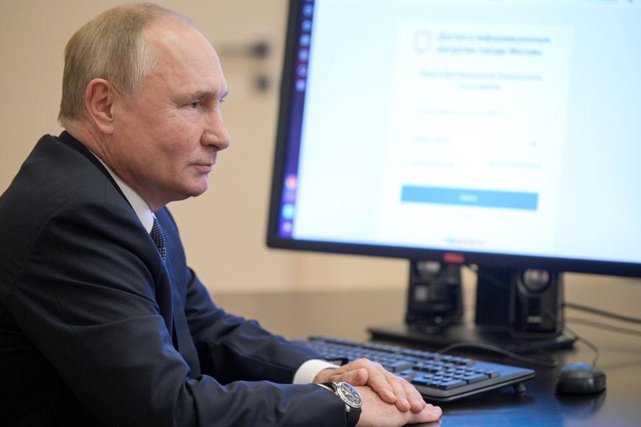 Президент РФ Владимир Путин во время дистанционного электронного голосования навыборах депутатов Госдумы РФ, 17 сентября 2021 года