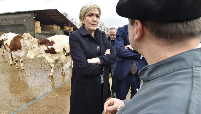 Лидер «Национального фронта» Марин Ле Пен во время посещения фермы в коммуне Камб, 4 марта 2017 года