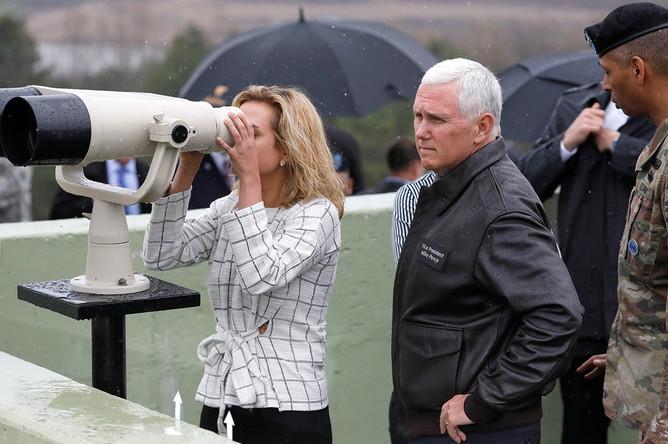 Дочь вице-президента США Майка Пенса на наблюдательном пункте в демилитаризованной зоне, которая разделяет Южную Корею и КНДР, 17 апреля 2017 года