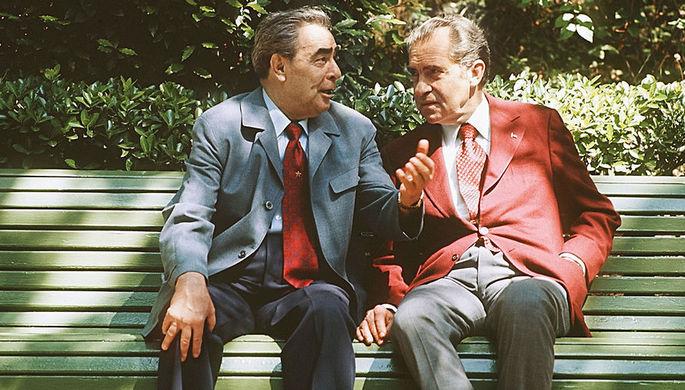 Генеральный секретарь ЦК КПСС Леонид Брежнев и президент США Ричард Никсон между переговорами в резиденции советского лидера в Ялте, 1974 год