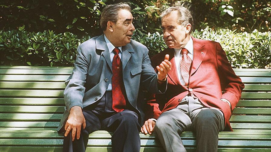 Генеральный секретарь ЦК КПСС Леонид Брежнев и президент США Ричард Никсон между переговорами в...