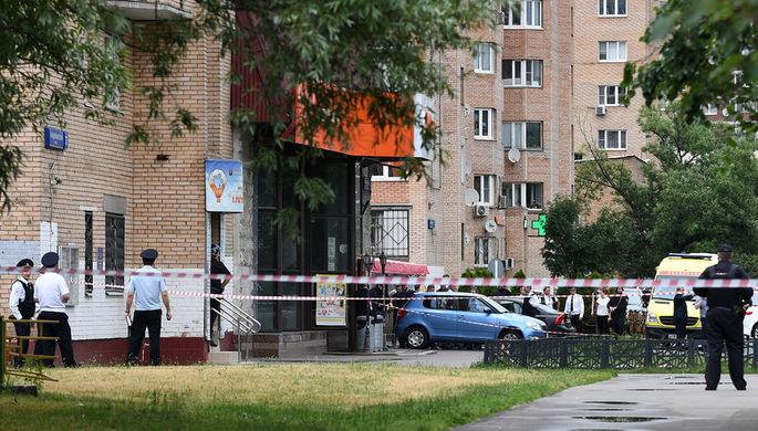Ситуация у магазина «Дикси» на Большой Академической улице в Москве, где мужчина...