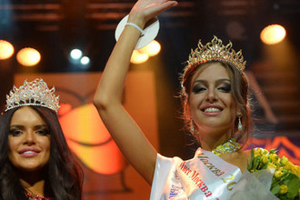 Вторая вице-мисс Москва Орнелла Шигапова и мисс Москва Оксана Воеводина во время конкурса красоты «Мисс Москва», июнь 2015 года