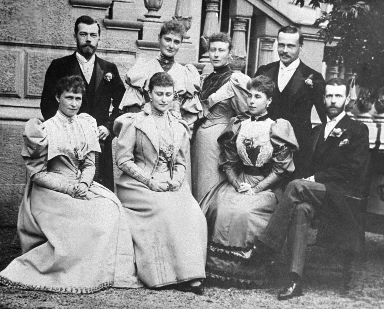 Генерал-губернатор Москвы великий князь Сергей Александрович (сидит справа), его супруга Елизавета Федоровна (2 слева) и Николай II (стоит слева). Репродукция снимка 1900 года.