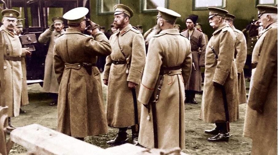 Император Николай II приветствует своих офицеров, декабрь 1915 года