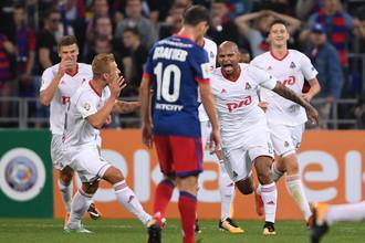 Футболисты «Локомотива» празднуют победный гол на фоне грустного Алана Дзагоева