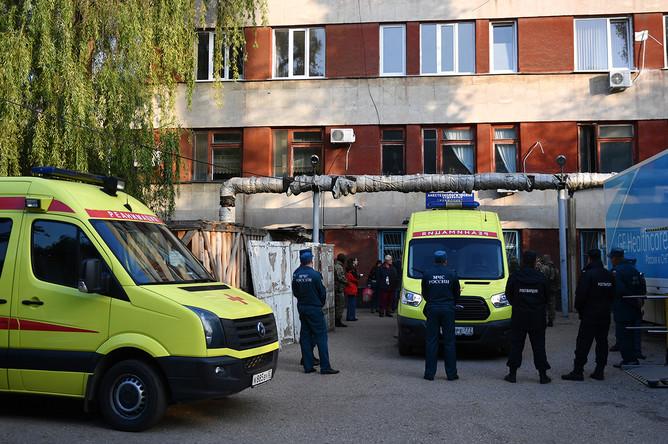 Автомобили скорой помощи у Керченской больницы № 1 имени Н. И. Пирогова после стрельбы в Керченском политехническом колледже, 18 октября 2018 года