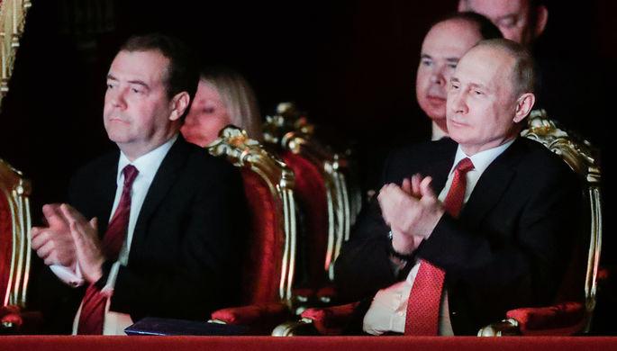 Премьер-министр России Дмитрий Медведев и президент Владимир Путин на торжественном вечере в Большом театре по случаю Нового года, в рамках которого представлены одноактные балеты «Кармен-сюита» и «Бриллианты», 26 декабря 2019 года