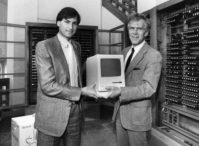 <b>Macintosh 128K (1984)</b><br><br> Первый персональный компьютер Apple семейства Macintosh, в комплекте с которым шли мышь и клавиатура. Именно эта модель презентовалась в культовой рекламе компании «1984», показанной во время «Супербоула» в 1984 году. На фото Стив Джобс с Apple Macintosh в 1985 году