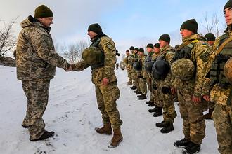 Президент Украины Петр Порошенко во время во время посещения опорного пункта в районе Горловки в Донецкой области, 5 декабря 2016 года