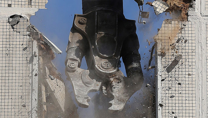 Во время сноса пятиэтажки на улице Вилиса Лациса в Северном Тушино