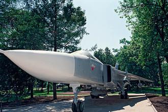 Мемориальная стоянка самолета Су-24 на территории ОКБ «Сухой» в Москве. Двухместный сверхзвуковой фронтовой бомбардировщик с крылом изменяемой стреловидности был создан в ответ на появление в США многоцелевого тактического истребителя F-111. Разработка новой машины всепогодного и круглосуточного применения началась в 1961 году, и 4 февраля 1975 года на вооружение советских ВВС был принят Су-24, ставший целым этапом в развитии отечественной боевой авиационной техники