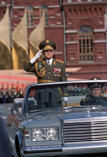 2000 год. Министр обороны Российской Федерации маршал Игорь Сергеев во время военного парада в...