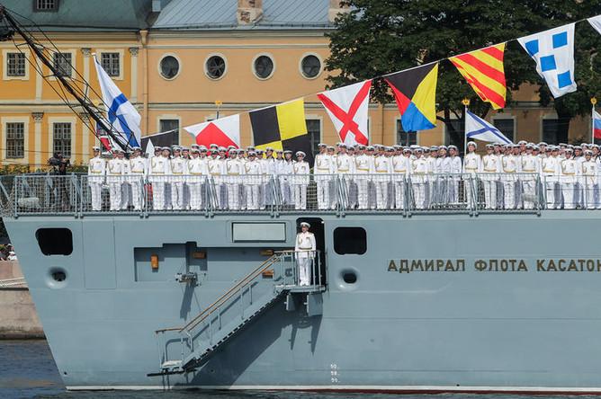 Моряки на борту фрегата «Адмирал флота Касатонов» во время главного военно-морского парада в честь Дня Военно-Морского Флота России в акватории реки Невы, 28 июля 2019 года