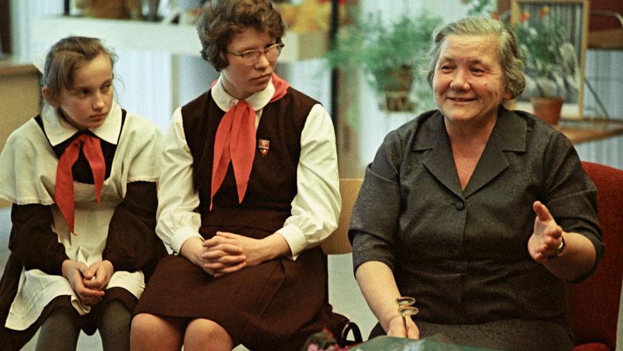Нина Хрущева во Дворце пионеров в Москве, 1964 год