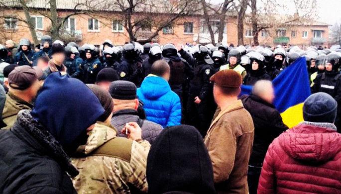 Молебны и покрышки: как украинцы не пускают сограждан из Китая