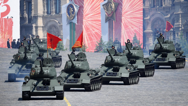 Танки Т-34-85 во время генеральной репетиции военного парада в честь 75-летия Победы в Великой...