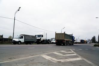 Федеральная трасса М-10 «Москва-Санкт-Петербург» проходит через город Вышний Волочек. Из-за сужения дороги и светофора, работающего в режиме обслуживания города, скапливается пробка, по разным оценкам достигающая 10-20 км. Затор в основном состоит из грузовых автомобилей, а легковые машины тем временем объезжают поток по обочине. Водители, уставшие от постоянных пробок на данном участке, говорят, что готовы перейти на платную дорогу.