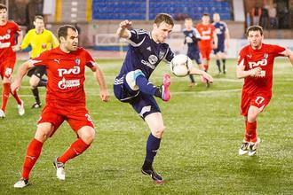 Максим Житнев (в центре) забил Хабаровску победный мяч