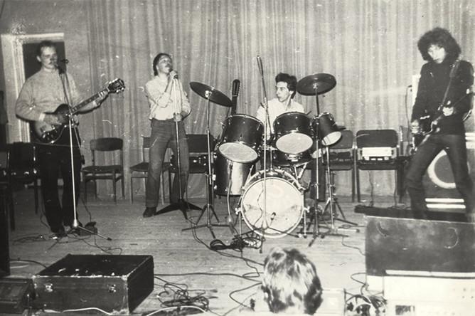 Музыкальная карьера Гарика Сукачева (на фото второй слева) началась в конце 70-х с группы «Закат Солнца вручную». Эта группа просуществовала около пяти лет и успела выпустить всего один альбом; после нее Сукачев собирает новую команду — «Постскриптум (P.S.)», в которую пригласил и Евгения Хавтана. Распад «Постскриптума» — из-за творческих разногласий Хавтана и Сукачева — привел к появлению в 1983 году группы «Браво». На фото: группа «Закат Солнца вручную» (Сукачев — второй слева)