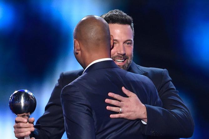 Бен Аффлек награждает бывшего профессионального игрока в бейсбол Дерека Джетера на церемонии ESPY Awards в театре Microsoft
