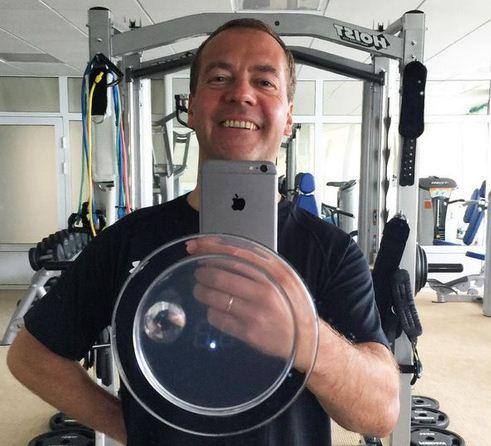 Недавнее селфи премьера Медведева на iPhone 6