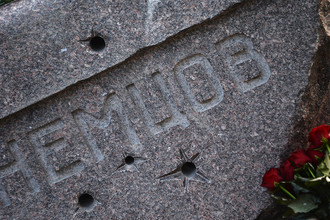 Фрагмент памятника на могиле политика Бориса Немцова на Троекуровском кладбище в Москве