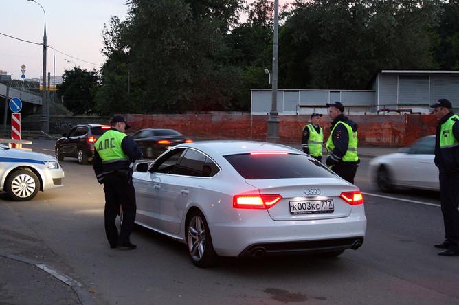 Полицейские методично выбирают автомобили из потока. Особые подозрения вызывают те, которые пытаются перестроиться во второй ряд или притормаживают перед точкой работы спецподразделения