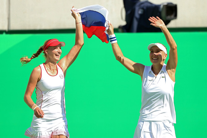 Елена Веснина и Екатерина Макарова с флагом России после победы на Олимпийских играх – 2016