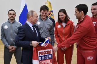 Владимир Путин с Виком Уайлдом (крайний слева), Аленой Заварзиной и Павлом Дацюком (крайний справа)