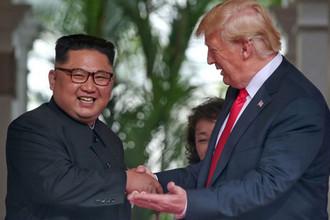 Высший руководитель КНДР Ким Чен Ын и президент США Дональд Трамп во время встречи на острове Сентоса в Сингапуре, 12 июня 2018 года