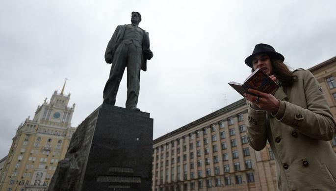 Памятник Владимиру Маяковскому на Триумфальной площади в Москве