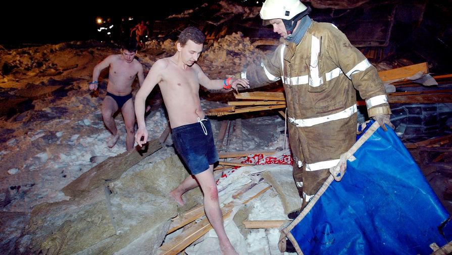 Спасательные работы на месте обрушения крыши «Трансвааль-парка» в московском Ясенево, 14 февраля 2004 года
