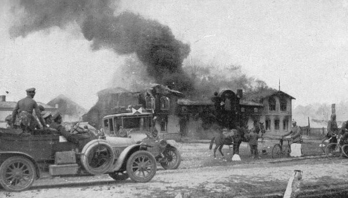 Горящее здание после боя в Уcдау, 27 августа 1914 года