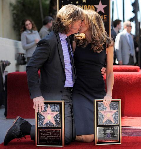 Актеры Уильям Мэйси и Фелисити Хаффман на «Аллее славы» в Голливуде, где заложена их совместная звезда, 7 марта 2012 года