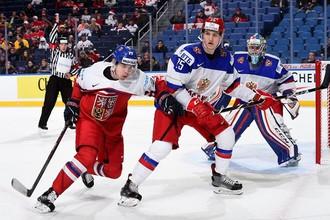 Российские хоккеисты Алексей Мельничук и Дмитрий Саморуков (справа налево) и игрок сборной Чехии Кристоф Грабик