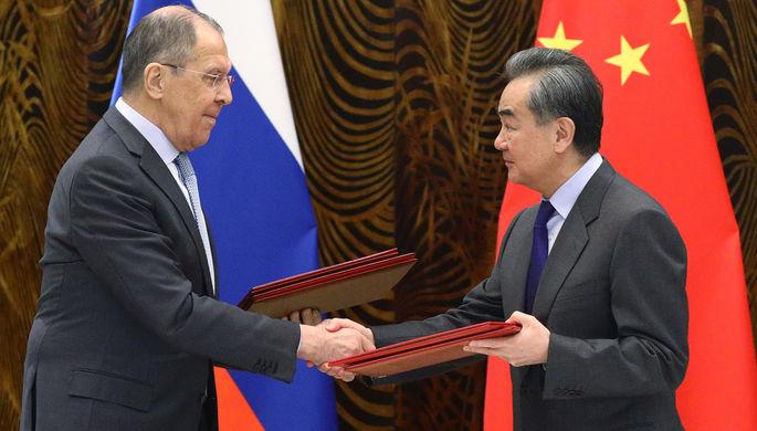 Министр иностранных дел России Сергей Лавров и министр иностранных дел КНР Ван И во время встречи в Гуйлине, 23 марта 2021 года