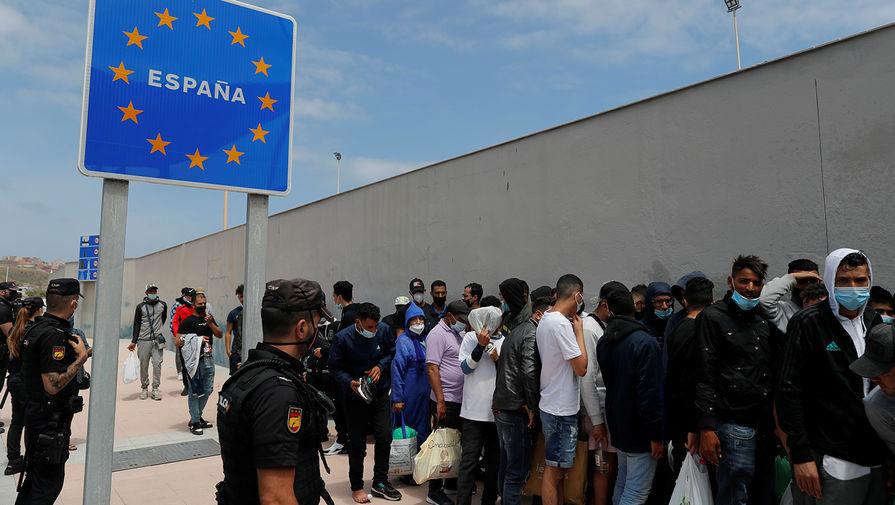 Мигранты в испанском городе Сеута, 20 мая 2021 года