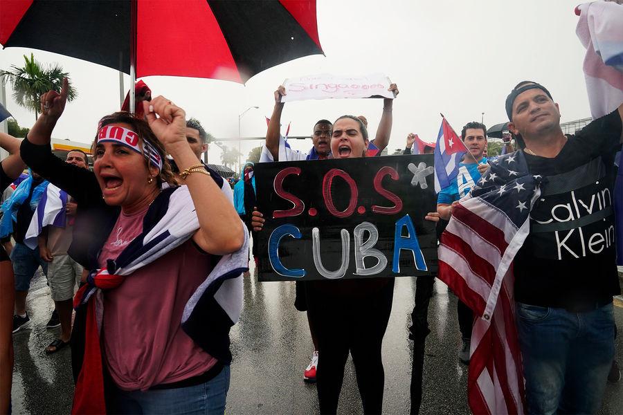 Демонстранты во время митинга солидарности с кубинцами, протестующими против коммунистического режима, Майами, 2021 год