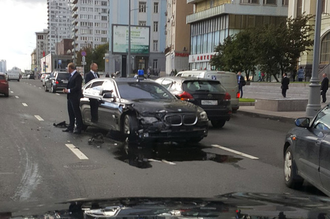 На месте ДТП с автомобилем Суркова и такси на Новом Арбате