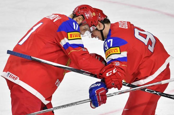Игроки сборной России Сергей Андронов (слева) и Никикта Гусев в матче за третье место чемпионата мира по хоккею – 2017 с Финляндией