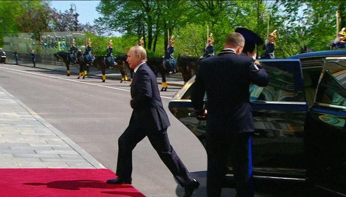 Новый лимузин проекта «Кортеж» во время инаугурации президента России Владимира Путина в...